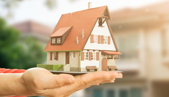 手の上にのる家の模型